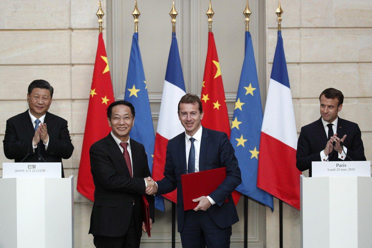 空中巴士即將上任的執行長佛喜(圖右二)和中國航空器材集團主席賈寶軍(左二)在簽約...
