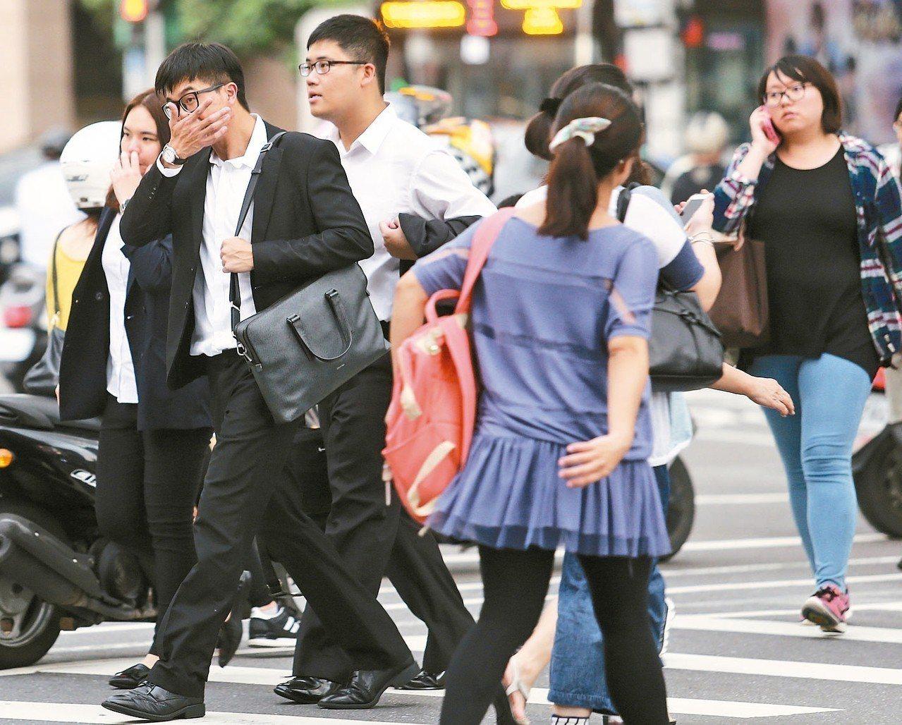勞動部公布去年15-29歲青年勞工就業狀況調查,去年青年勞工每月薪資平均3萬60...