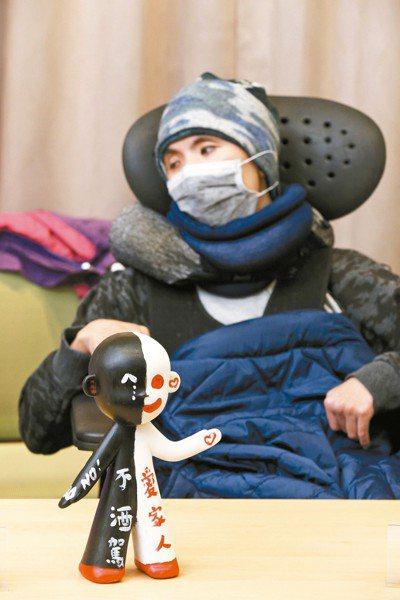 台灣酒駕防制社會關懷協會日前舉行記者會,受害者及家屬拿著象徵被酒駕奪命的娃娃到現...