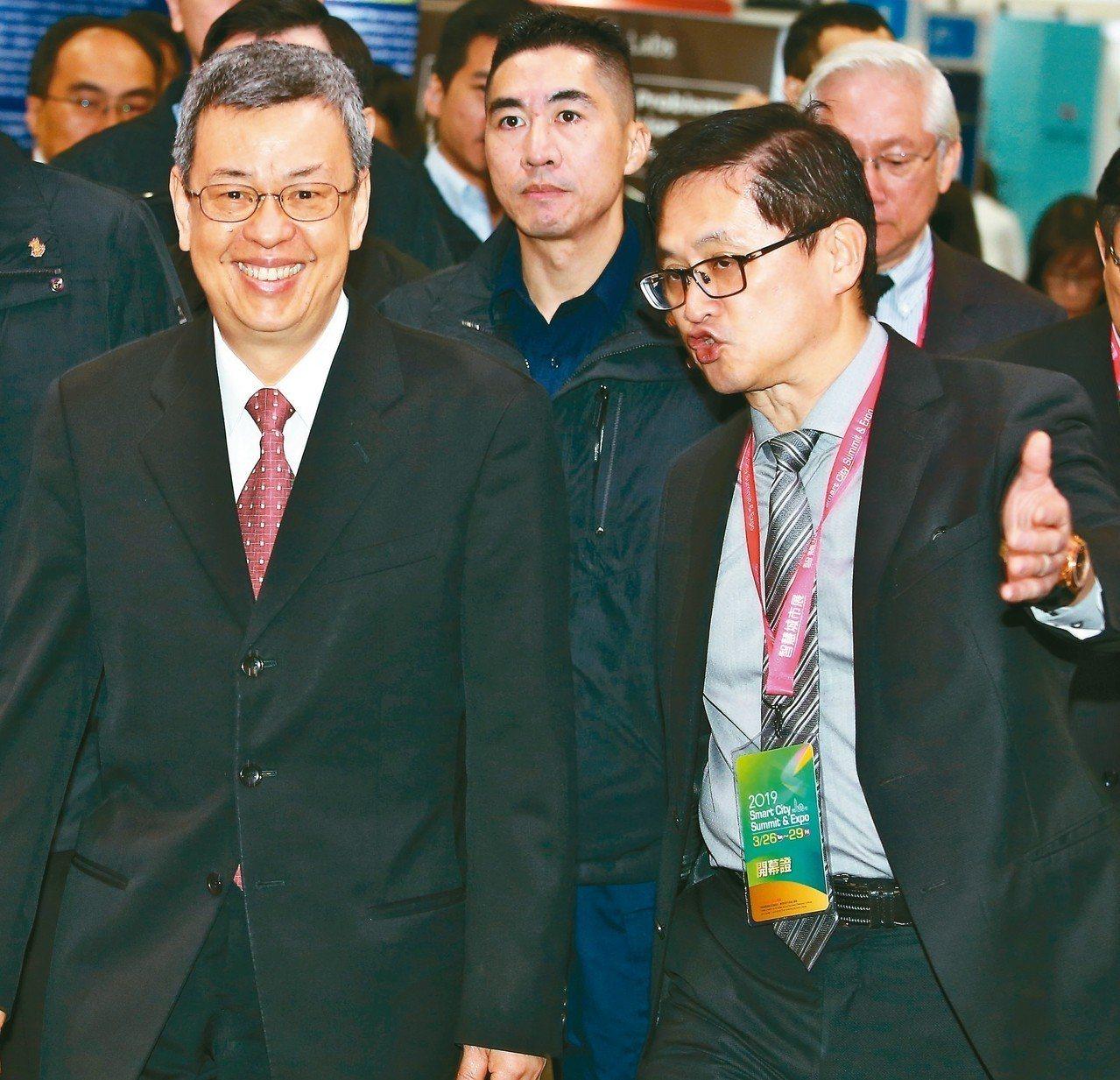2019智慧城市上午開幕,副總統陳建仁(左)和北市電腦公會理事長童子賢(右)出席...