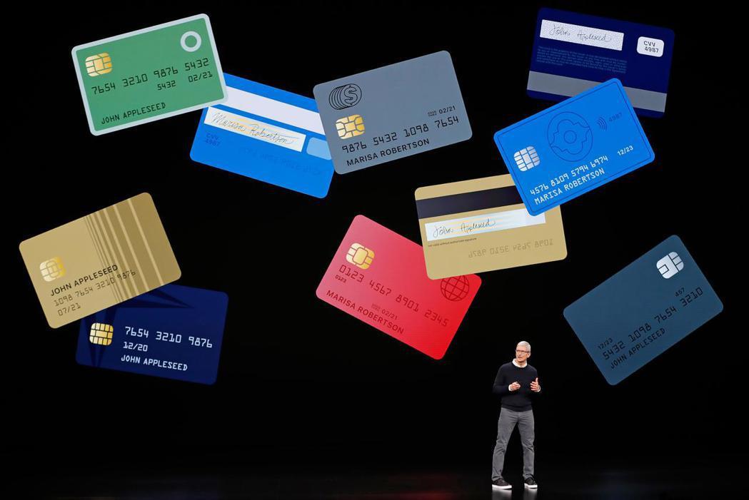 蘋果春季發表會,執行長庫克發表新Apple Card。 路透