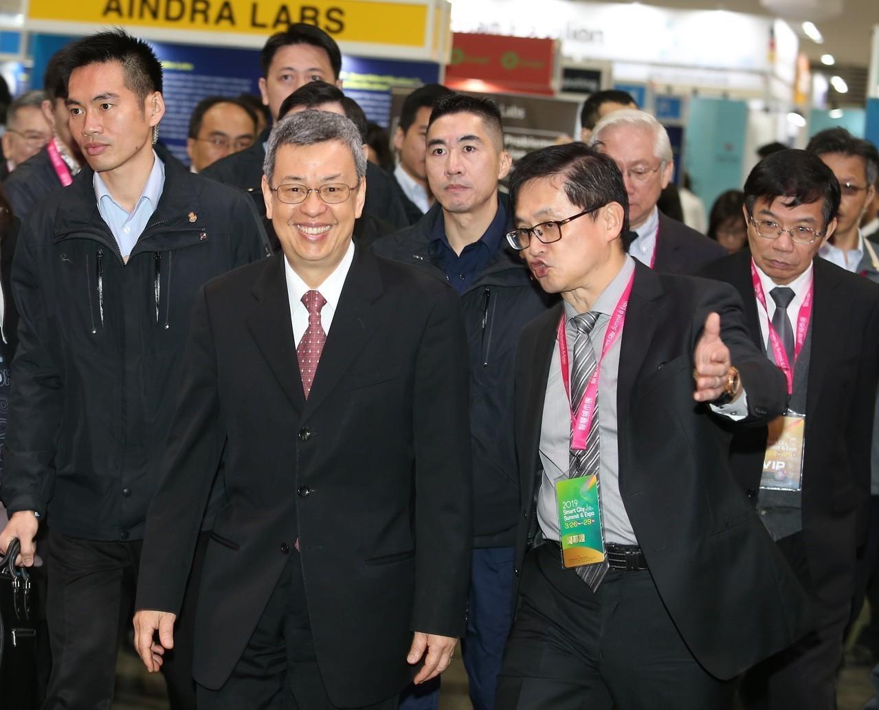 2019智慧城市上午開幕,副總統陳建仁(左)和台北市電腦公會理事長童子賢(右)出...
