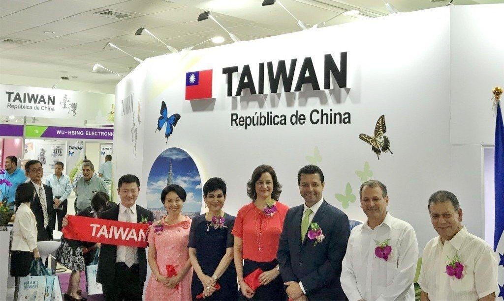 外交部去(2018)年在宏都拉斯自辦的中華民國商展,開幕剪綵畫面。  貿協/提供
