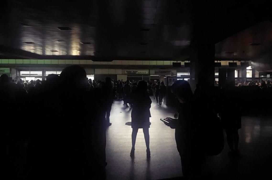 「11天內,委內瑞拉二度重返石器時代...。」圖為卡拉卡斯國際機場大停電。 圖/...