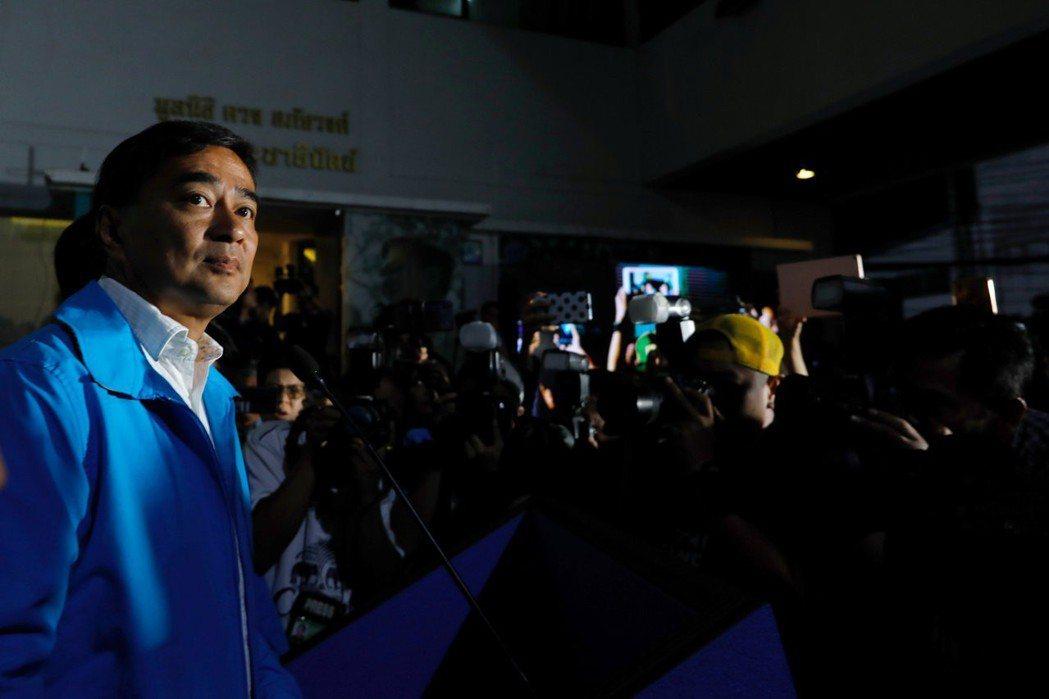 民主黨在本次選舉也面臨殞落的命運,黨魁艾比希已於開票當晚辭職負責。 圖/路透社