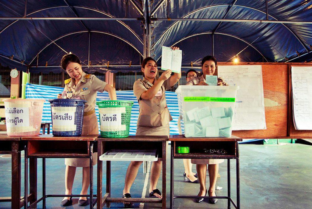 選後泰國已正式進入後塔克辛時代,保守派與軍方勢力透過選舉機制獲得合法性,讓泰國民...