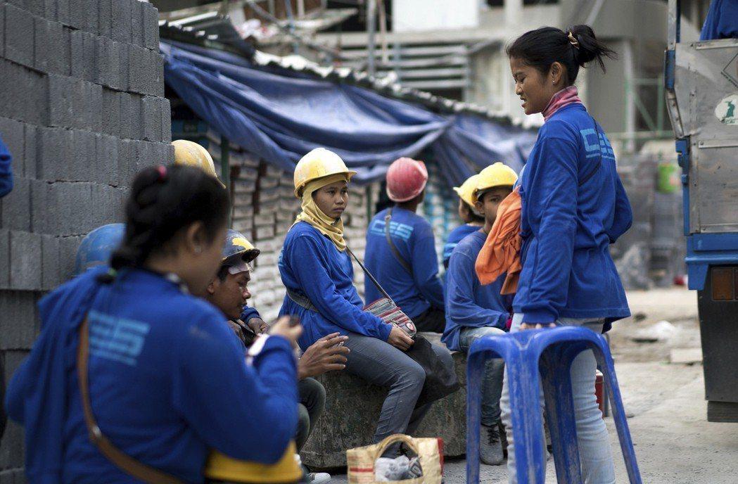 圖為泰國工地的外籍勞工。這些緬甸籍、柬埔寨籍人士已是泰國不可或缺的建設主力,老闆...
