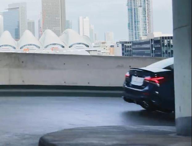 在影片最後一瞬間出現AMG A35四門的車尾蹤影。 擷自Mercedes-Ben...