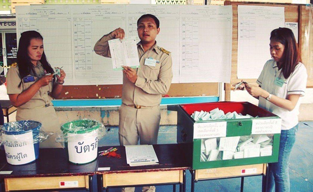 開票當日,眾所期待,卻又爆出問題,引起EC不公正的質疑。 圖/美聯社