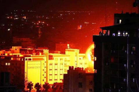 2019年3月25日傍晚,在加薩走廊的加薩市區,一棟巴勒斯坦建築物被以色列空襲炸...