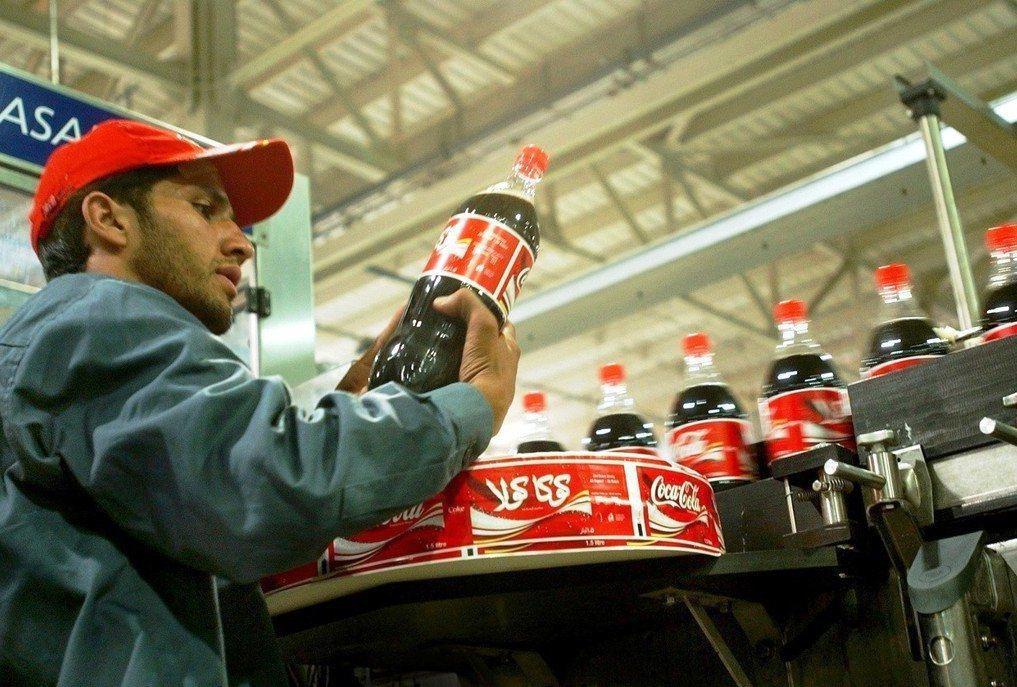 可口可樂首次公開,一年製造300萬噸的塑膠包裝,等於每一分鐘製造20萬隻塑膠瓶。...