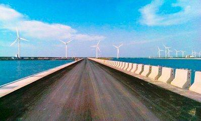 台電首創全煤灰工程回填材料,延伸應用至台中電廠附近的海岸築堤工程,克服水上施工面...