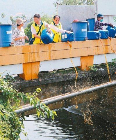 南投縣埔里鎮清潔隊與在地環酵團日前在慈恩橋和同聲橋,將環保酵素傾倒至杷城排洪道。...