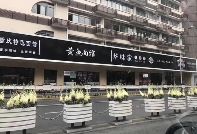 大陸上海市靜安區的街邊招牌經整修後,竟然只剩「黑白」兩色,讓網友直呼「難不成是殯...