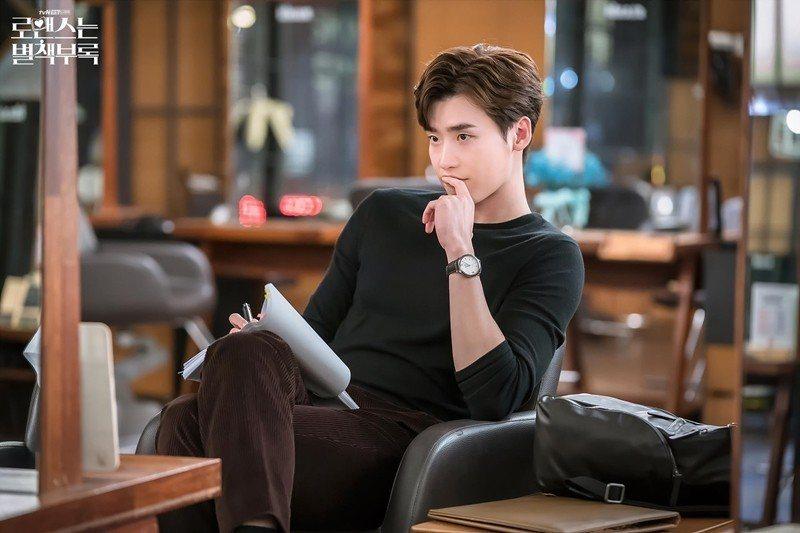 李鍾碩飾演出版社主編兼作家車恩浩。 圖/取自tvN官方粉絲專頁