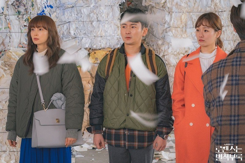 恩浩帶著丹伊與兩位新人一同去看庫存書被銷毀。 圖/取自tvN官方粉絲專頁