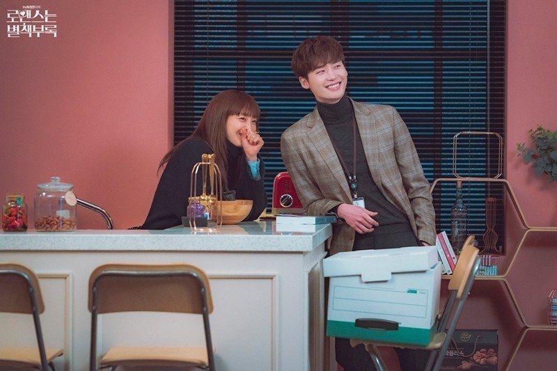 剛在Netflix完結的韓劇《羅曼史是別冊附錄》,卻算是出版題材中少數收放自如者。 圖/取自tvN官方粉絲專頁