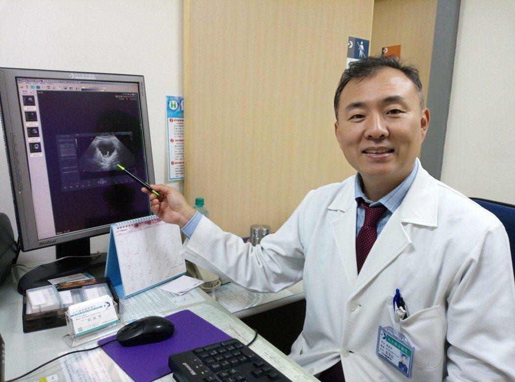 劉榮啟醫師表示腹腔鏡手術有傷口小、時間短、復原快的好處,幫助孕婦順利進行手術。圖...