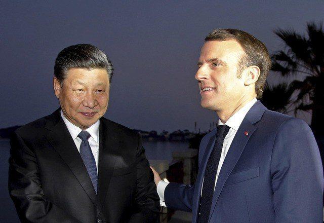 法國總統馬克宏(右)與中共國家主席習近平在別墅Villa Kerylos中散步。...