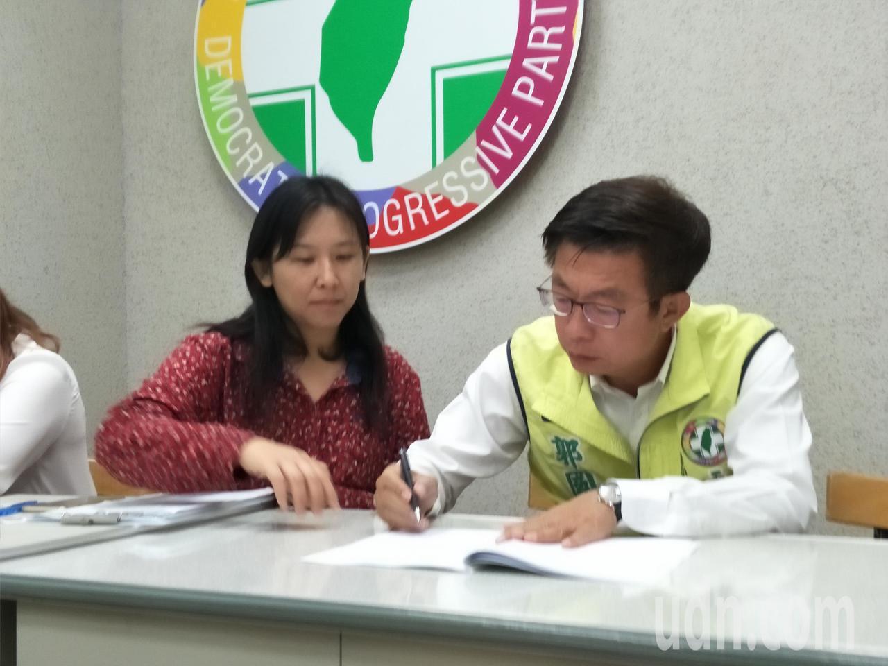 新科立委郭國文(右一)投入民進黨黨內初選,今天上午在台南新營黨部完成登記作業。記...