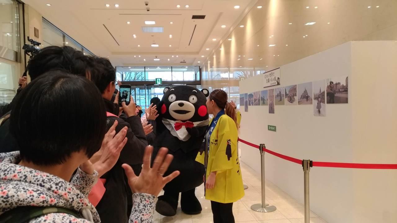 熊本熊進場,和列隊粉絲逐一擊掌。記者楊德宜/攝影