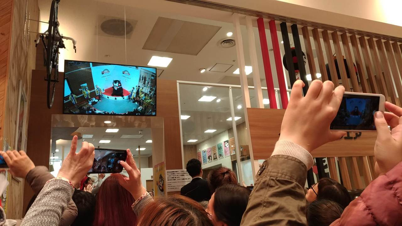 沒搶到入場券的粉絲,可在熊本縣營業部長辦公室外的螢幕看現場轉播。記者楊德宜/攝影