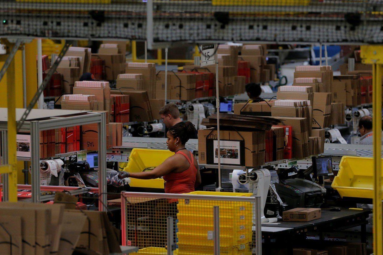 紐約時報報導,電商蓬勃發展,紙箱需求大增,再加上中國大陸去年起禁止進口回收紙板,...