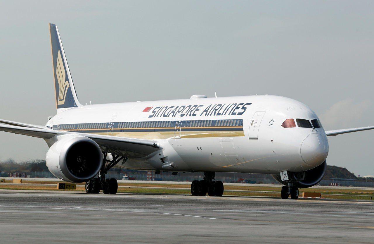 新加坡航空SQ423班機接獲假炸彈威脅,26日平安降落在新加坡樟宜機場。圖中客機...
