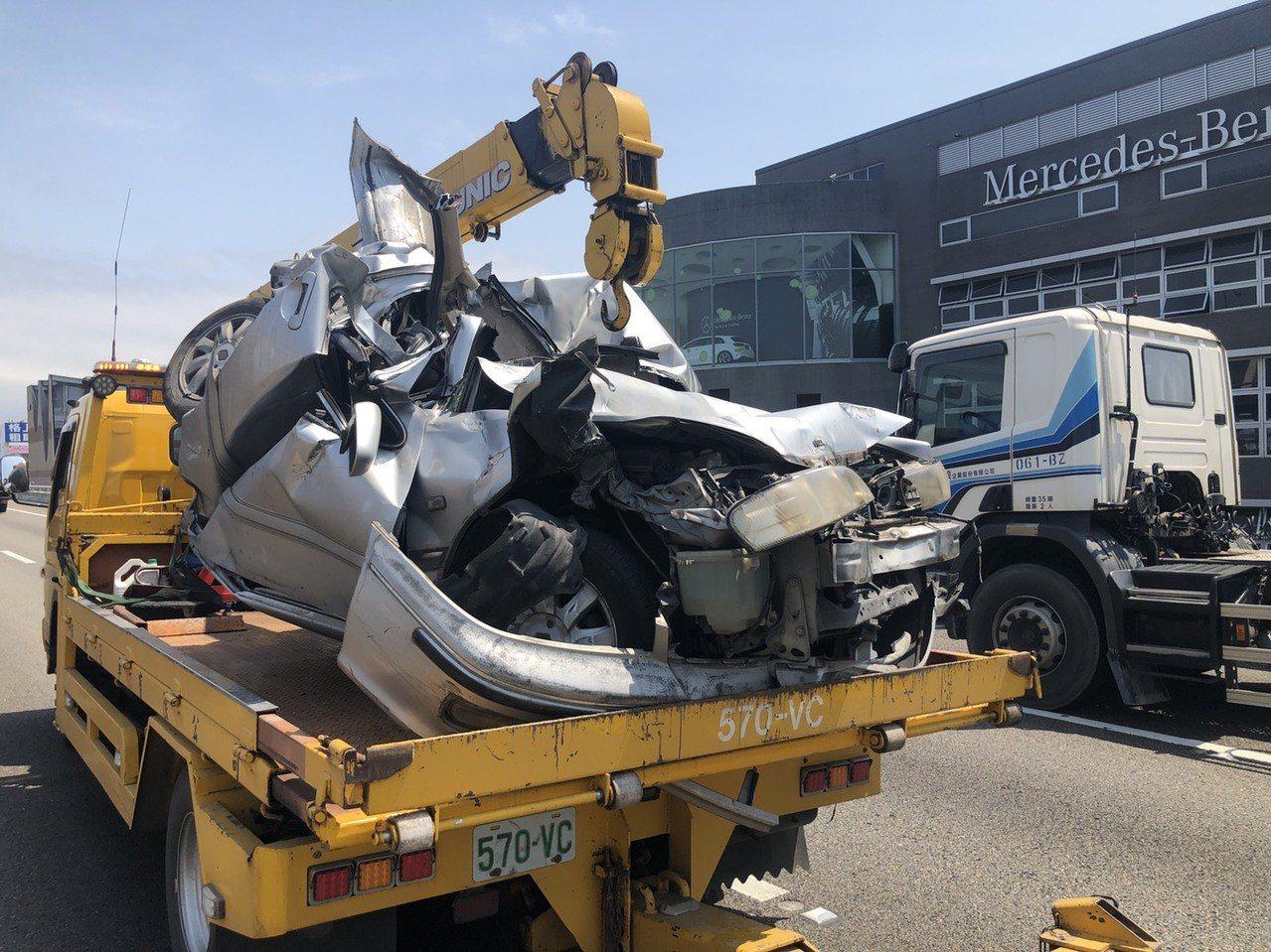 小轎車被大貨車追撞再重壓,車體嚴重變形。記者林昭彰/翻攝