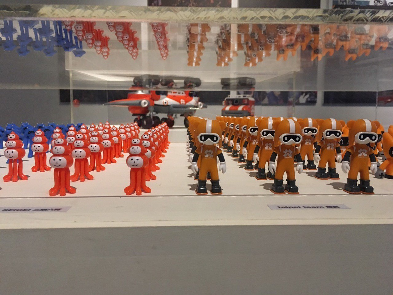 新竹市美術館即日起至6月16日有逾百隻的機器人家族集體寄宿美術館,這些機器人都是...
