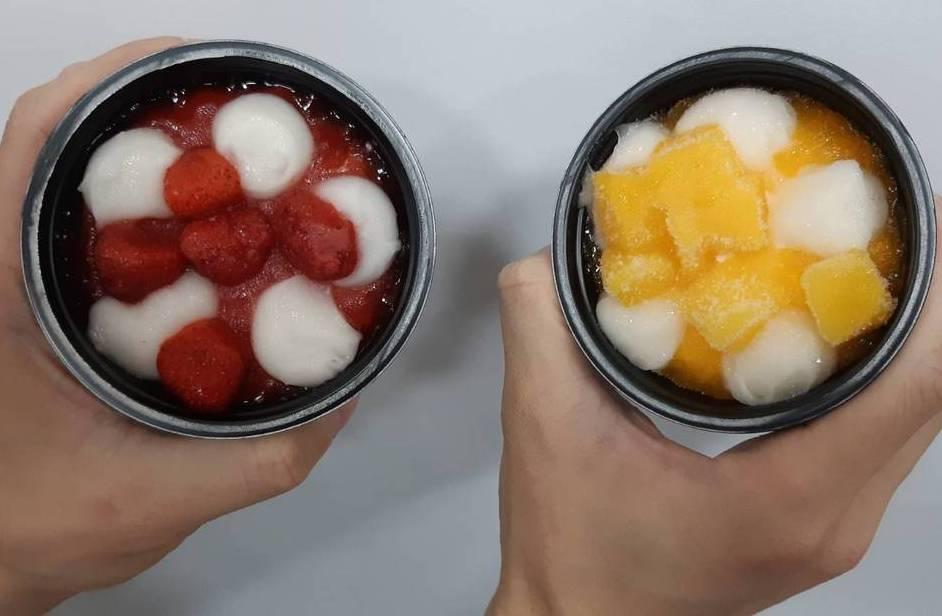 井村屋在全家販售的「草莓麻糬冰淇淋」(左)、「芒果麻糬冰淇淋」(右)。圖/讀者提...