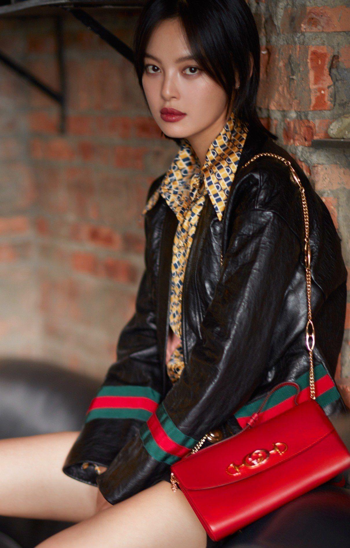 辛芷蕾拎Gucci Zumi包款。圖/Gucci提供