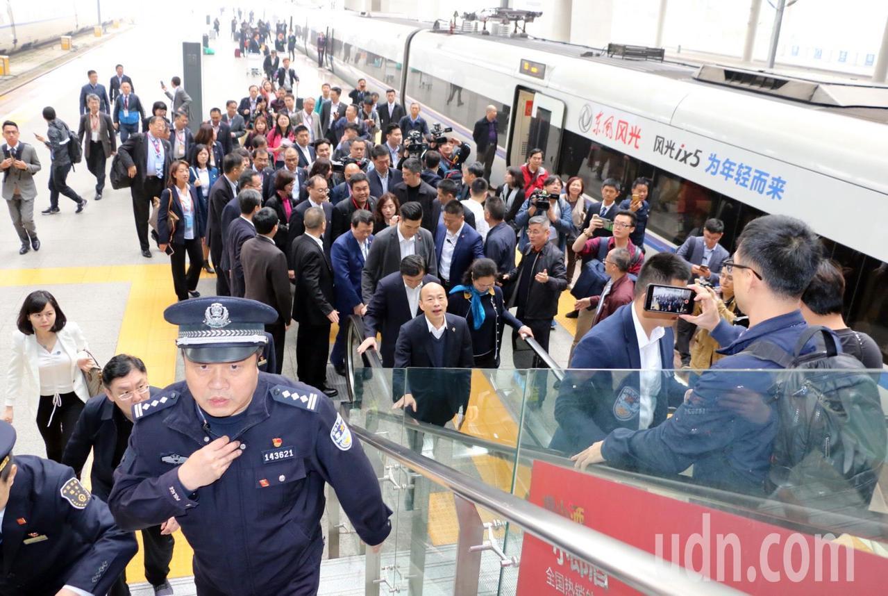 韓國瑜參訪團一行人抵達廈門,現場有官員迎接。圖/高雄市政府提供