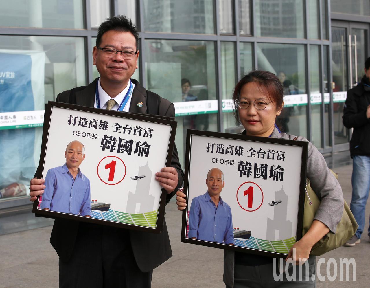 韓國瑜參訪團一行人抵達廈門,現場有韓迷在外迎接。記者劉學聖/攝影