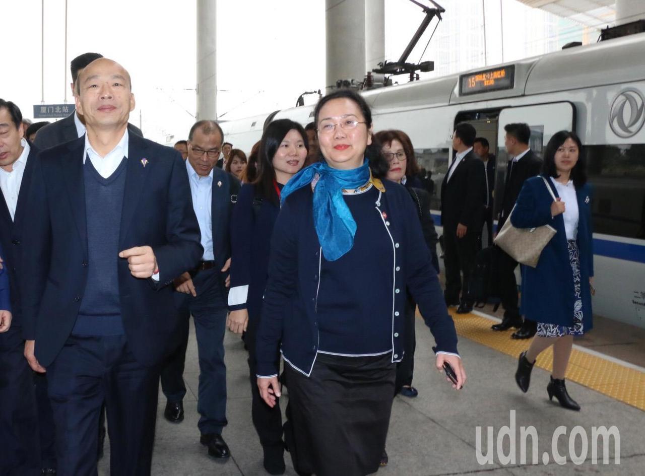 韓國瑜參訪團一行人抵達廈門,福建省台辦主任王玲(中)前來迎接。圖/高雄市政府提供