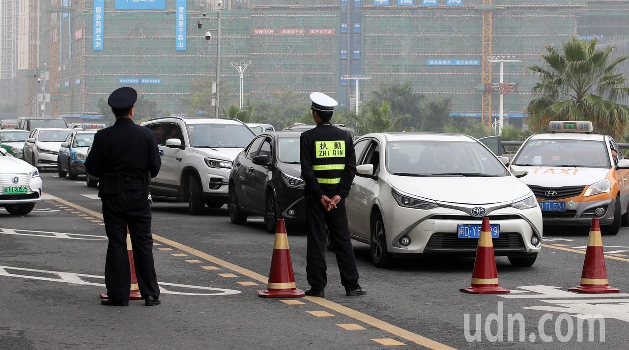 韓國瑜車隊離開車站時不但有大批員警警戒,還暫時封閉道路讓車隊先行,由於管制時間過...