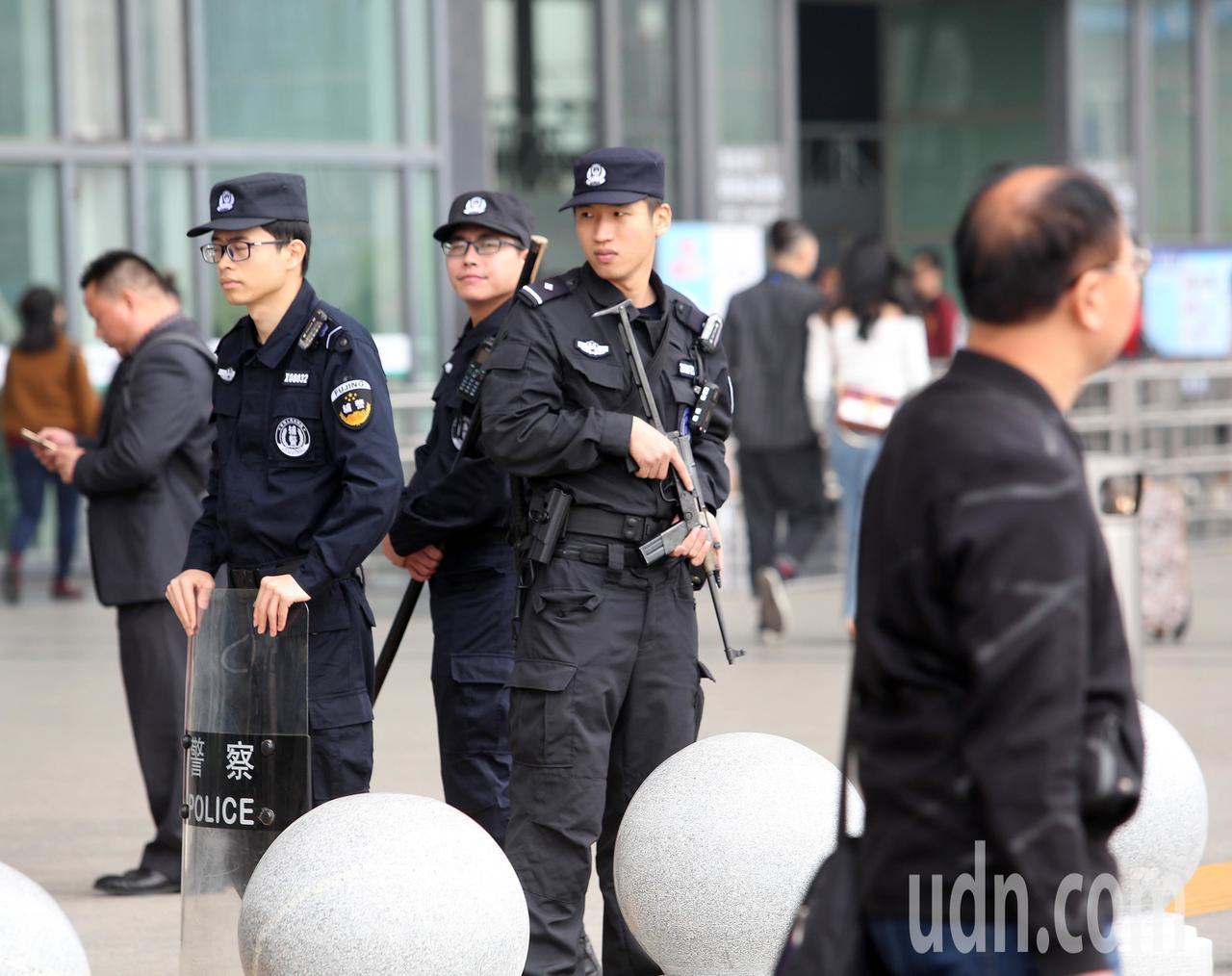 韓國瑜參訪團一行人抵達廈門,現場有公安持槍警戒。記者劉學聖/攝影