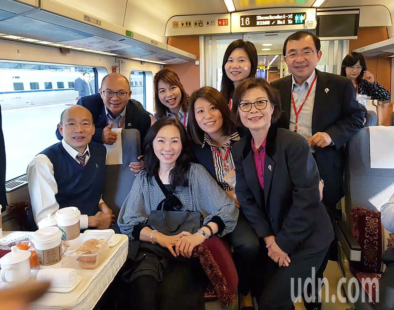 高雄市長韓國瑜與議會大陸參訪團今天進入第五天,參訪團一行人搭乘動車還在車上合影。...
