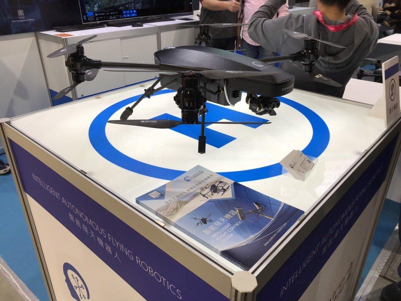 中光電子公司中光電智能機器人,展出智能安控解決方案「飛天機器人」。記者蔡銘仁/攝...