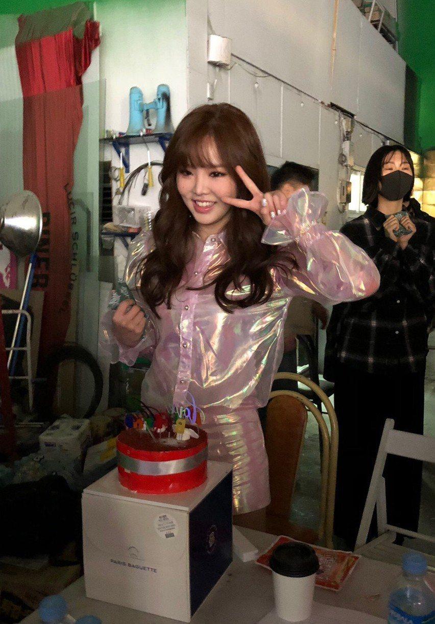 王欣晨在MV拍攝現場度過18歲生日。圖/歆動音樂提供