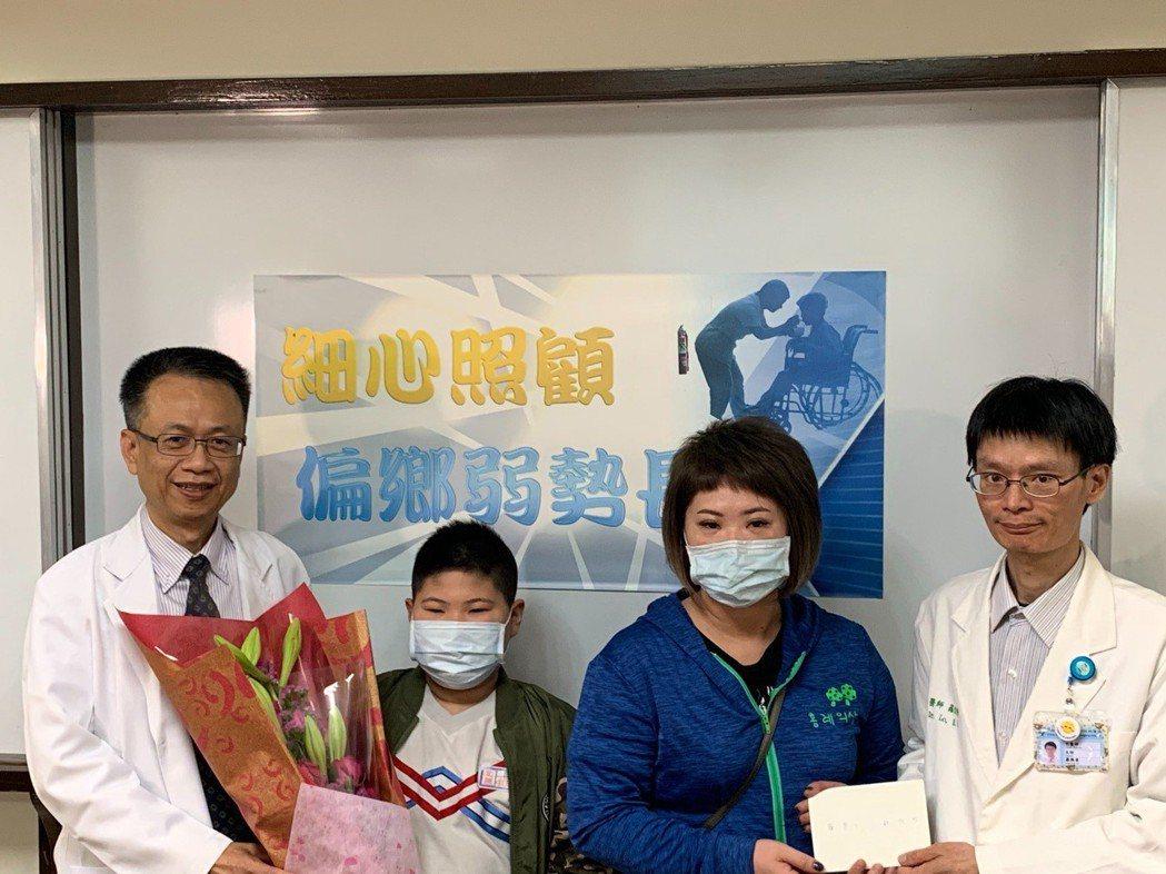 九歲男童阿仁(左二)今天致贈感謝卡給醫師。圖/院方提供