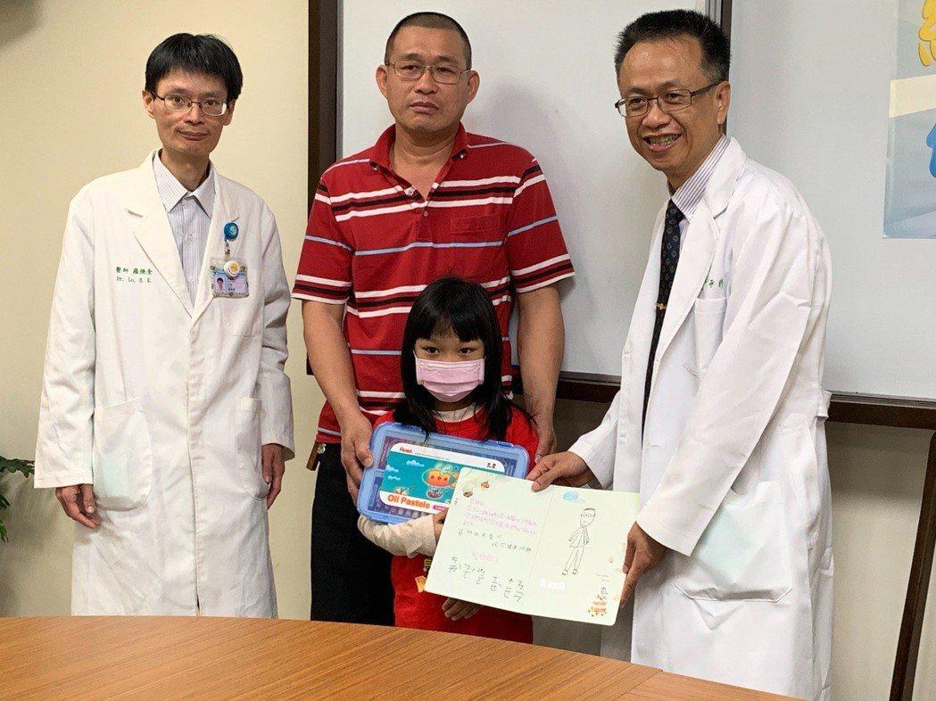 五歲女童小欣(前排中)今天致贈感謝卡給醫師。圖/院方提供