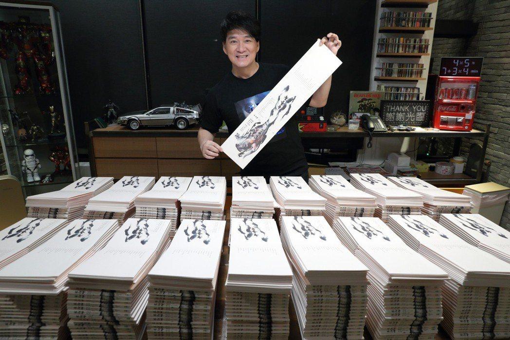 周華健難得開直播,記錄自己的簽名過程。圖/滾石唱片提供