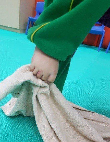 幼兒2至6歲為足弓發育期,家長可注意孩子足部發展,避免錯誤姿勢產生影響足弓發育。...