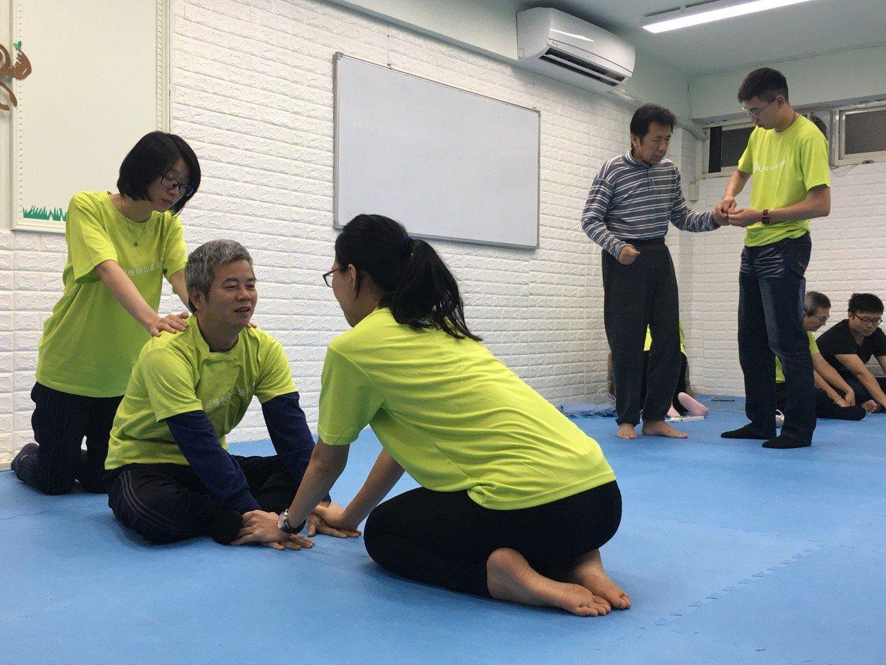台灣失智症協會推估,國內約有1.2萬多名年輕型失智症患者,但提供年輕型失智者的服...