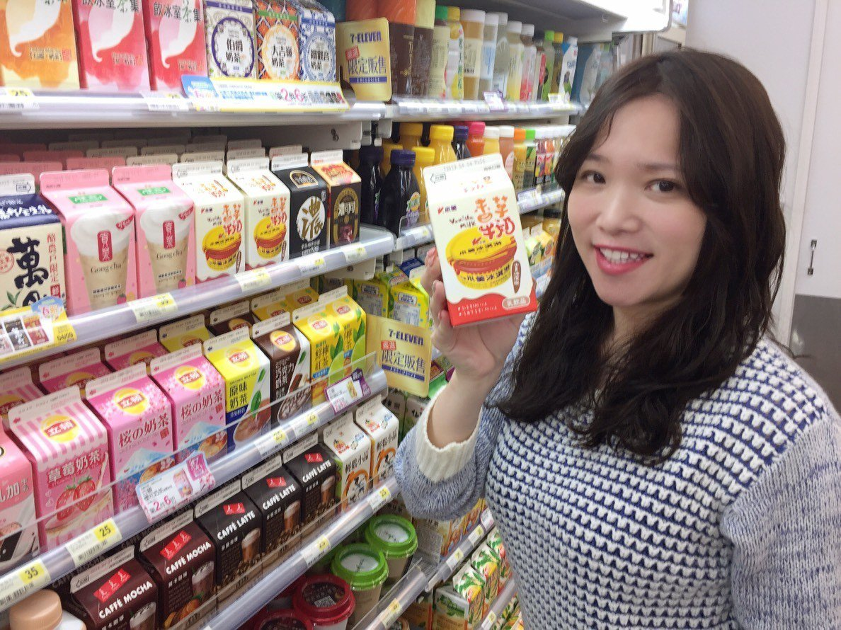 7-ELEVEN獨家推出「小美香草牛奶(香草口味)」,3月27日至4月23日推出...