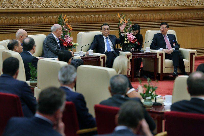 大陸國務院總理李克強表示,面對新一輪經濟下行壓力,中國將透過推進減稅降費,而非擴...
