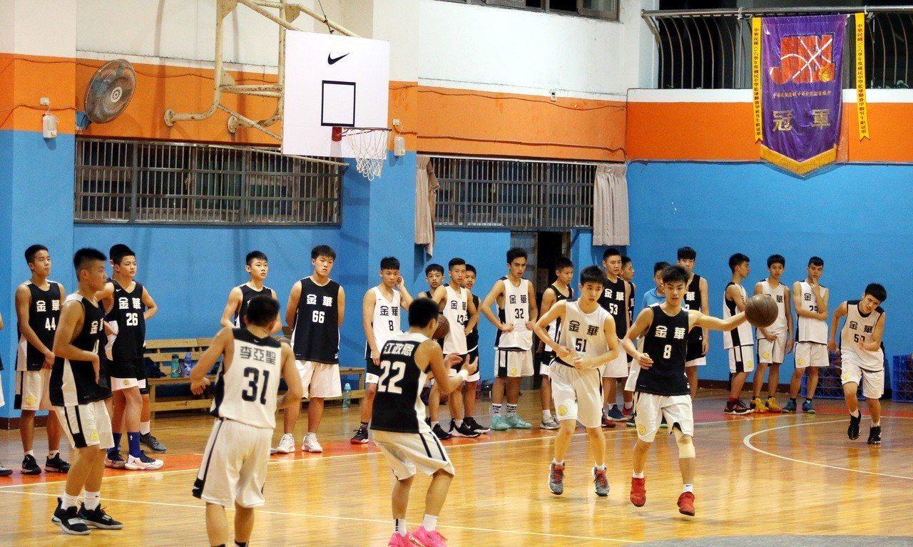 金華國中籃球隊眾球員練球。記者侯永全/攝影