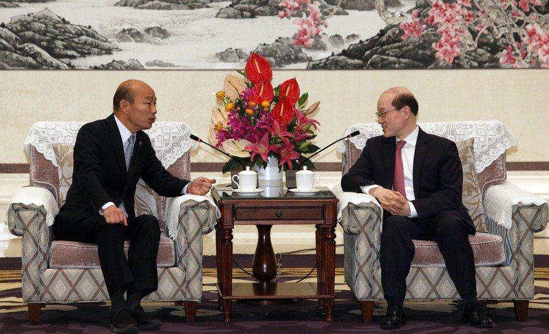 高雄市長韓國瑜與大陸國台辦主任劉結一(右)昨天在深圳麒麟苑九洲廳會面。記者劉學聖/攝影