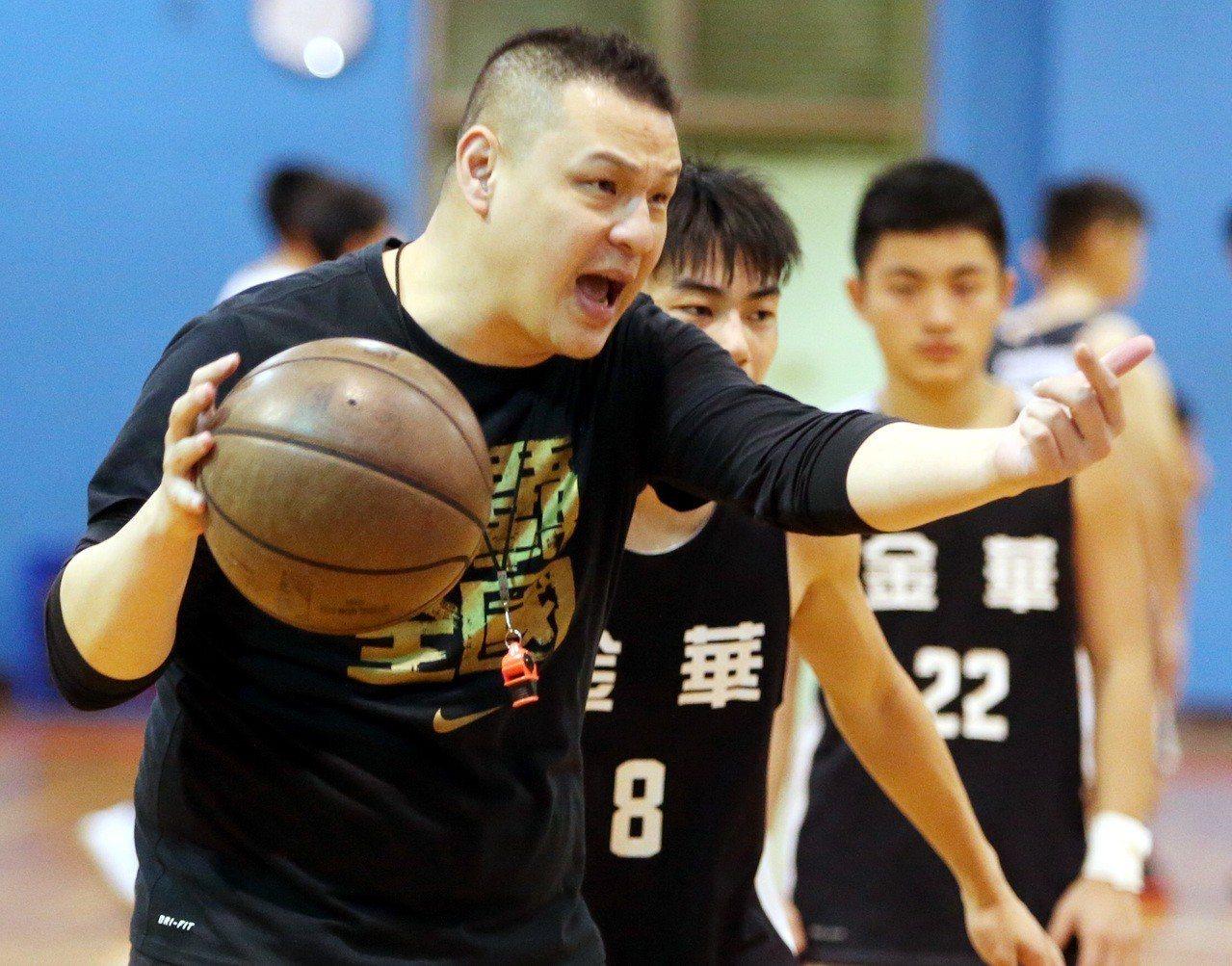 金華國中籃球隊教練吳正杰指導球員練球。記者侯永全/攝影